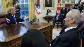 El presidente de Estados Unidos, Donald Trump, con el principal funcionario de comercio de China, el viceprimer ministro Liu He.