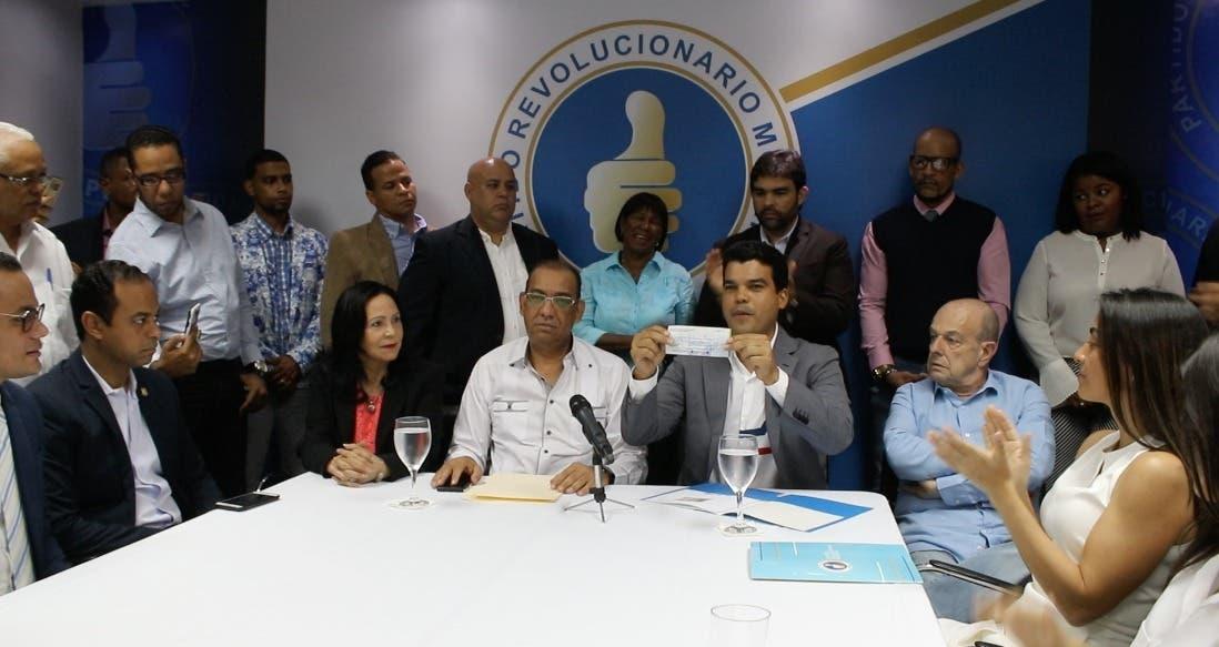 Wellington Arnaud inscribe  su precandidatura presidencial en el PRM