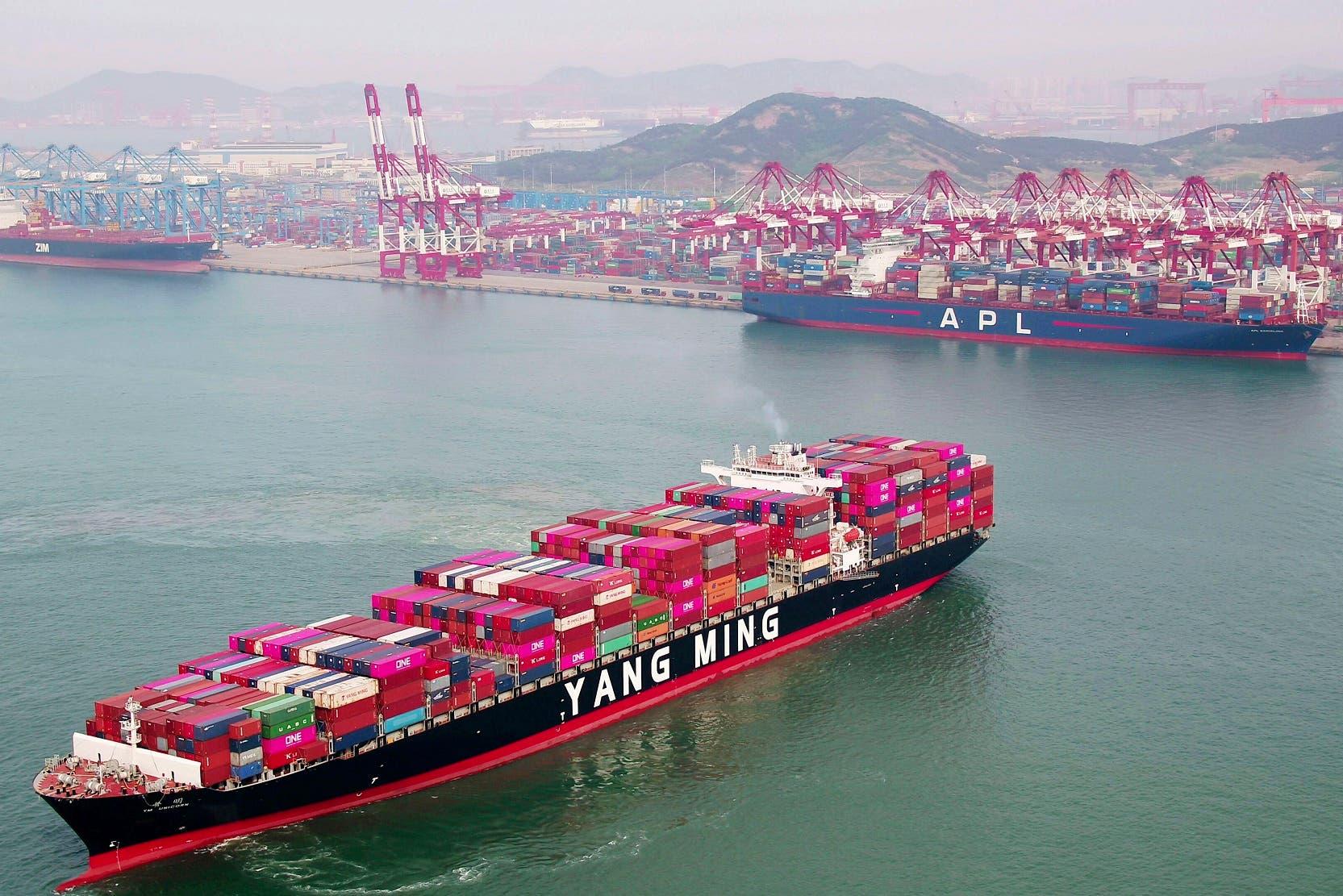 Un buque cargado con contenedores de mercancía parte del puerto de Qingdao, en la provincia de Shandong, en el este de China el 8 de mayo de 2019. (Chinatopix vía AP)