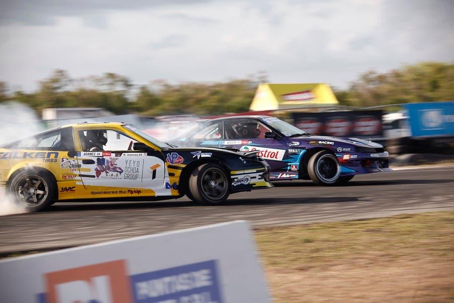 Acción en pista en la lucha por el pase a la final entre Rafael Adames (amarillo) y Víctor Madera (morado).