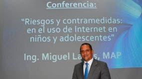 El conferenciante Miguel Lassis, académico y subdirector  general de Tecnología de la Información de la UASD.