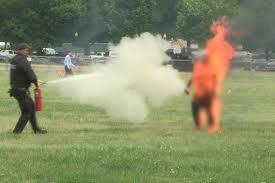 Agentes del Servicio Secreto respondieron en segundos, apagaron el fuego y empezaron a administrarle (al hombre que se prendió fuego) primeros auxilios. El hombre fue identificado como Arnav Gupta, de 33 años y residente en Bethesda (Maryland).