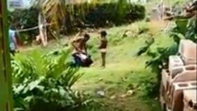 La golpiza fue delante de tres niños que pedían impotentes que llamen a la Policía. Foto tomada del video.