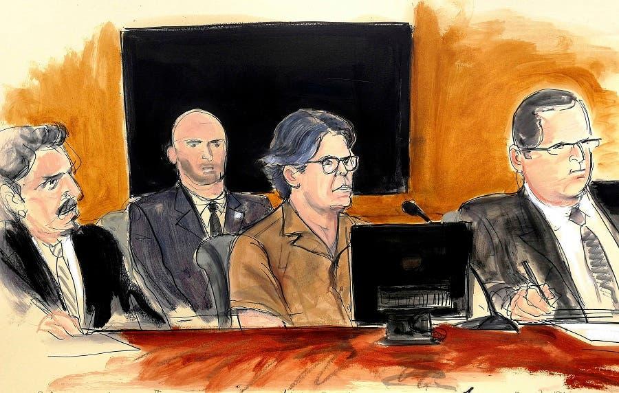 Bosquejo artístico del 13 de abril de 2018 de Keith Raniere, (al centro), líder del grupo NXIVM, durante una audiencia judicial en Brooklyn, Nueva York. (Elizabeth Williams vía AP, Archivo)