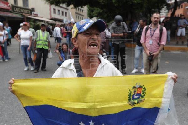 El grupo más numeroso se dirigió hacia el control militar de la residencia presidencial La Casona, que hace años no ocupa ningún mandatario, donde fueron frenados por un grupo de policías que cortaban el paso equipados con equipos antidisturbios.