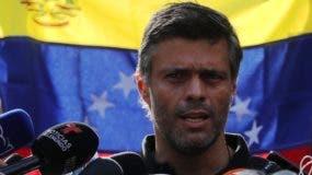 Leopoldo López reaparece en público y declara a medios en Venezuela.