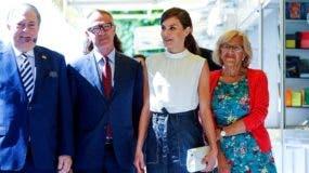 La reina Letizia  acompañada de la alcaldesa en funciones de Madrid, Manuela Carmena (d), el ministro de Cultura en funciones, José Guirao (2i), y su homólogo dominicano, Eduardo Selman.