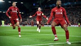 Georginio Wijnaldum (d) de Liverpool celebra el 3-0 para su equipo en el juego correspondiente a las semifinales de la Liga de Campeones de la UEFA.