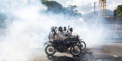 Policías antimotines repelieron a los reclusos con bombas lacrimógenas y armas de fuego.