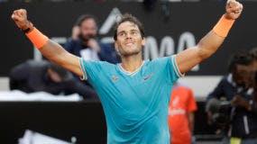 Rafael Nadal de España celebra su victoria contra Novak Djokovic de Serbia al final de su último partido en el torneo de tenis Open de Italia, en Roma, el domingo 19 de mayo de 2019. (Foto AP / Gregorio Borgia)