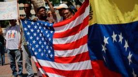Los opositores del gobierno de Nicolás Maduro tienen banderas nacionales que representan a EE. UU. Y Venezuela, mientras esperan la llegada del líder de la oposición, Juan Guaidó, para liderar un mitin en Caracas, Venezuela, el sábado 11 de mayo de 2019. Guaidó ha convocado marchas en todo el país para protestar El gobierno de Maduro, exigiendo nuevas elecciones y la liberación de los legisladores opositores encarcelados. (Foto AP / Rodrigo Abd)