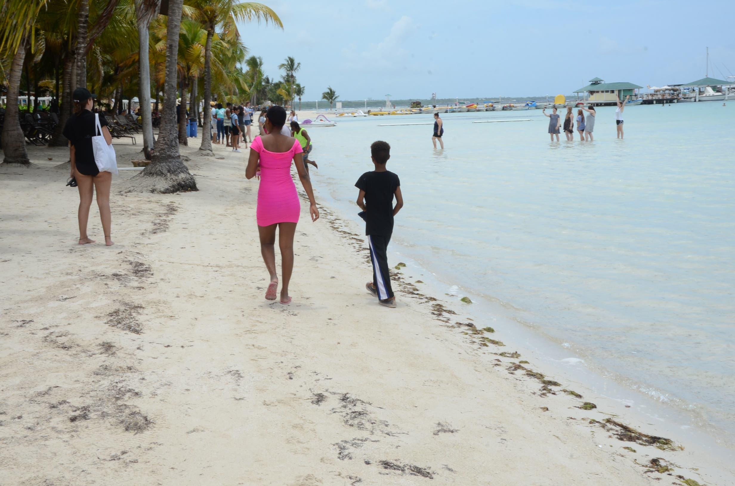 4. El impacto que genera la presencia de los sargazos en la playa suscita una baja afluencia de visitantes.   José de León