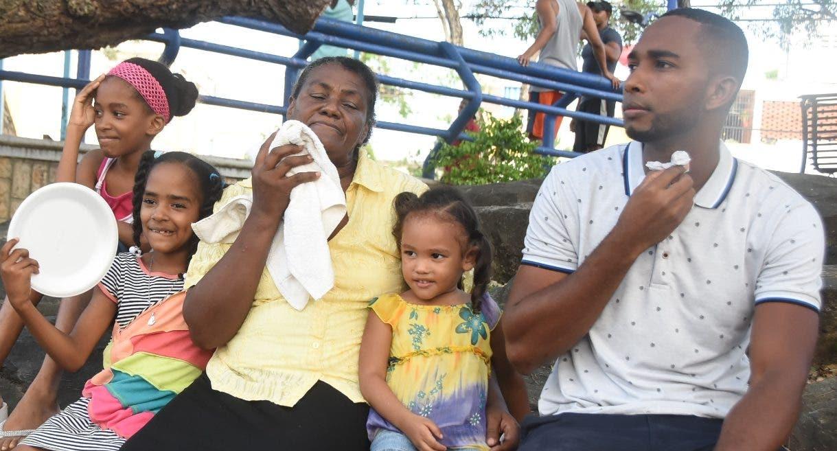 Una familia del sector La Agustinita se refresca en un parque cercano al sector.  Alberto Calvo