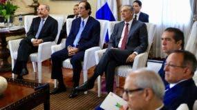 Danilo Medina junto a funcionarios recibe informe sobre planes en Pedernales.
