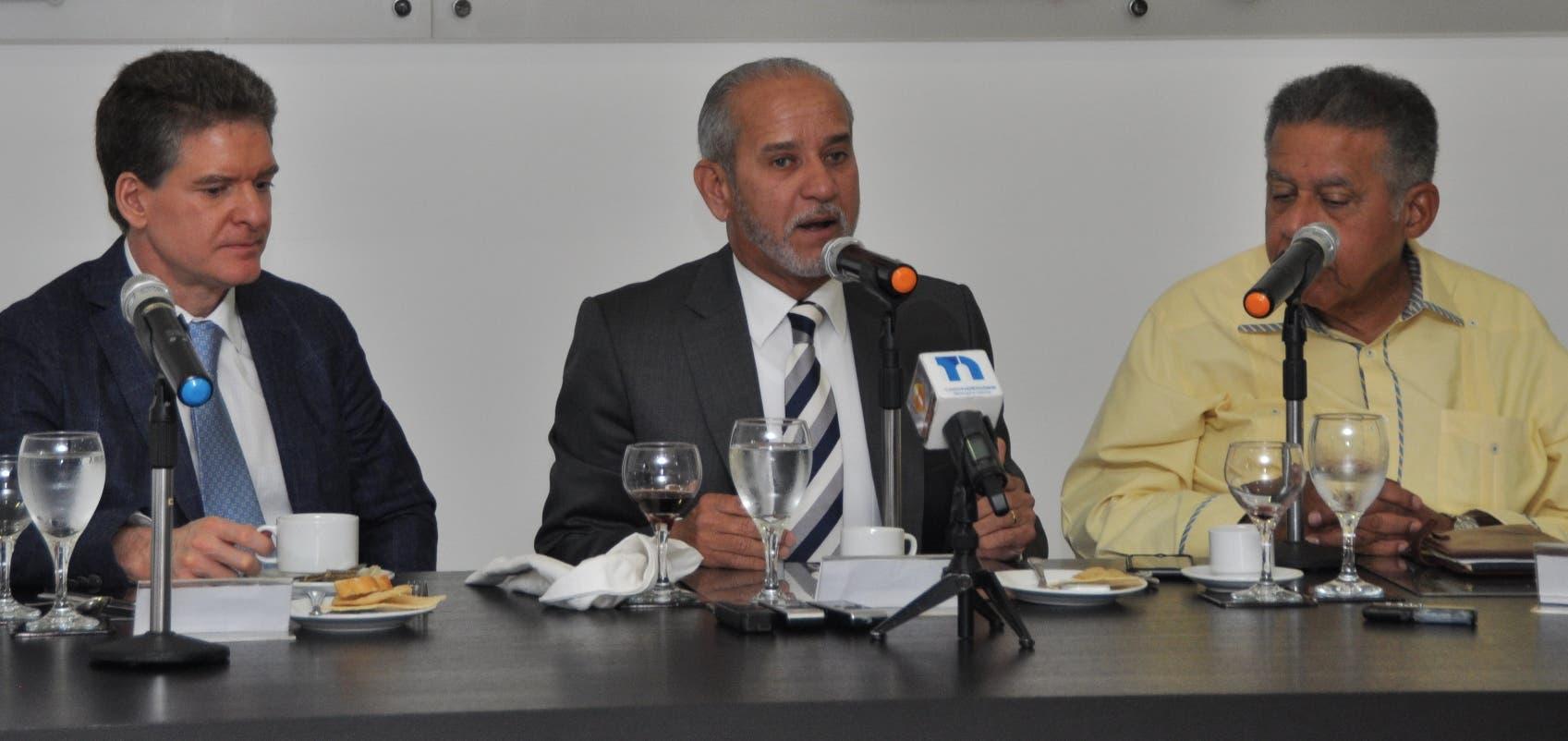 José Alfredo Corripio,  Sigfrido Pared Pérez  y   Juan Bolívar  Díaz en el  Almuerzo del Grupo  Corripio.  Carolina Fernández FOTO