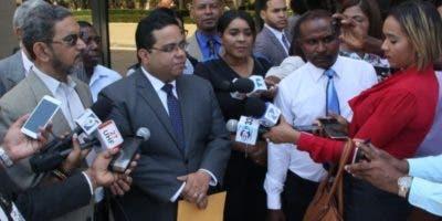 Manuel Oviedo Estrada habla con la prensa en  el Congreso.