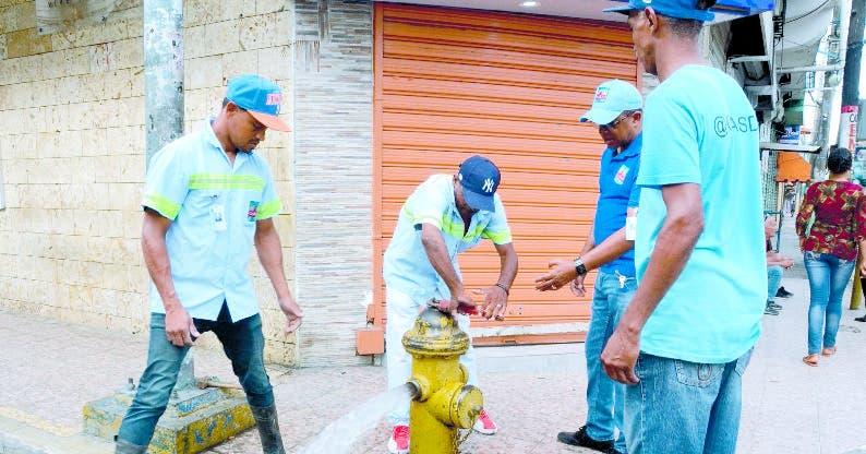 Los viejos hidrantes están siendo probados . JOSÉ DE LEÓN