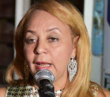 Milka Hernández explica el plan a periodistas.
