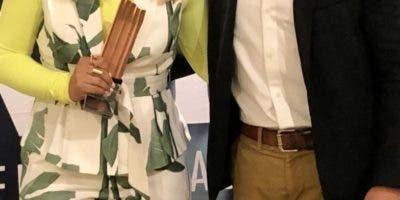 Nathalie Hazim y Félix Pinales con el premio.  AGENCIA FOTO
