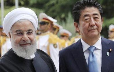 Hasan Rohaní, junto a Shinzo Abe, premier japonés.