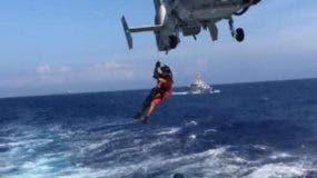 Un rescatista   se prepara para una acción de salvamento.