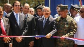 Danilo Medina junto a demás funcionarios durante el corte de la cinta.  AGENCIA FOTO