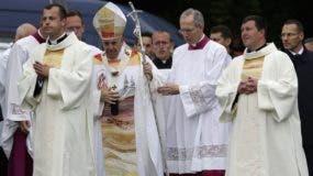 Francisco encabeza  misa en el santuario mariano de Sumuleu Ciuc, Rumania.  AP