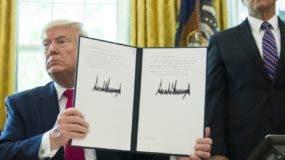 El presidente Donald Trump firma el decreto contra Irán.