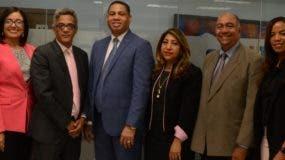 Trajano Santana junto a ejecutivos de la ONDA y ejecutivos del matutino  de EL DÍA durante el conversatorio. José de León