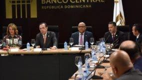 Héctor Valdez junto a ejecutivos  de entidades financieras.