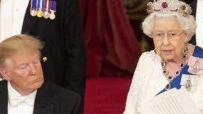 El presidente Donald Trump y la reina Isabel II elogiaron  las relaciones.   AP