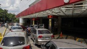 Venezolanos tienen que hacer largas filas por combustibles.