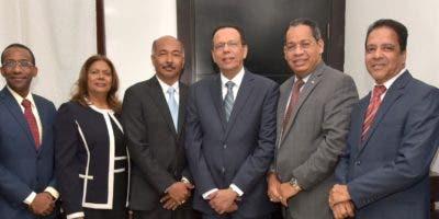 El ministro de Educación, Antonio Peña Mirabal, con delegados evangélicos.  FUENTE EXTERNA