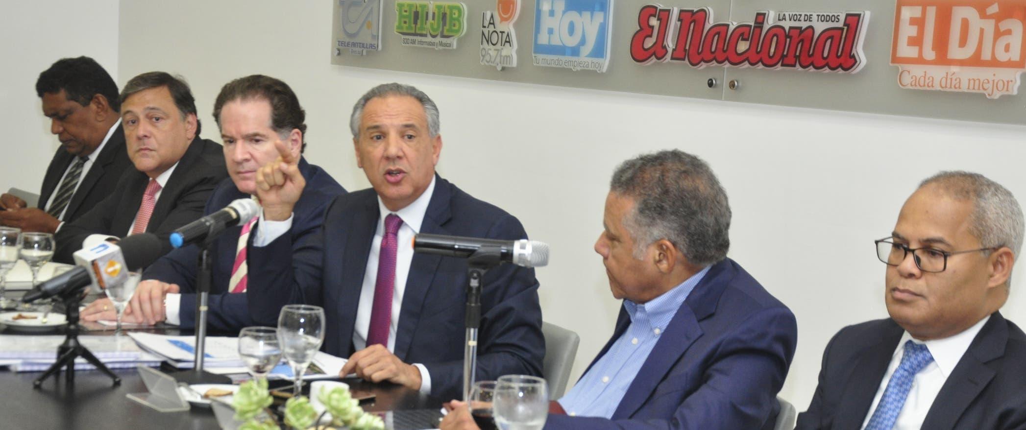 Luis García, Lionel Sénior,  José Manuel Corripio,  José Ramón Peralta, Juan Bolívar Díaz y Alexis Lantigua,  en uno de los momentos del almuerzo. Pablo matos.