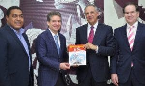 Peralta recibe libro  de 10 años de  caricaturas de EL DÍA.