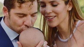 David Bisbal junto a su esposa y su hijo.