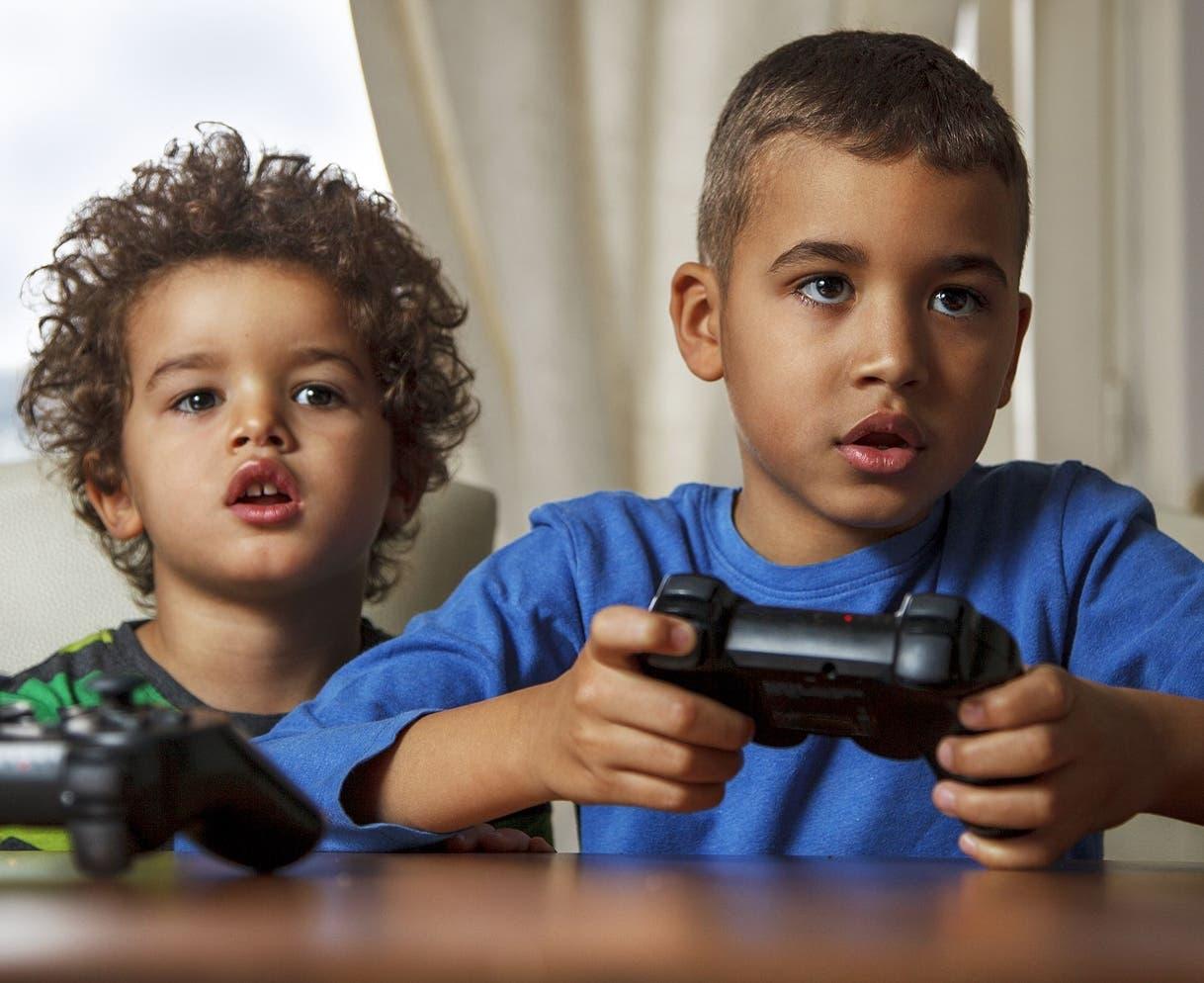 En el deseo de encubrir sus temores, los hijos  buscan refugio en un mundo virtual e irreal.