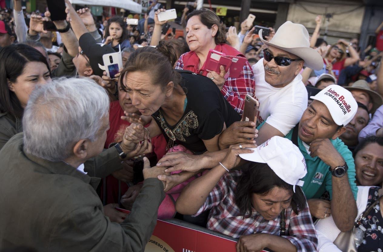 El presidente Andrés Manuel López Obrador es recibido por una muchedumbre en Tijuana.