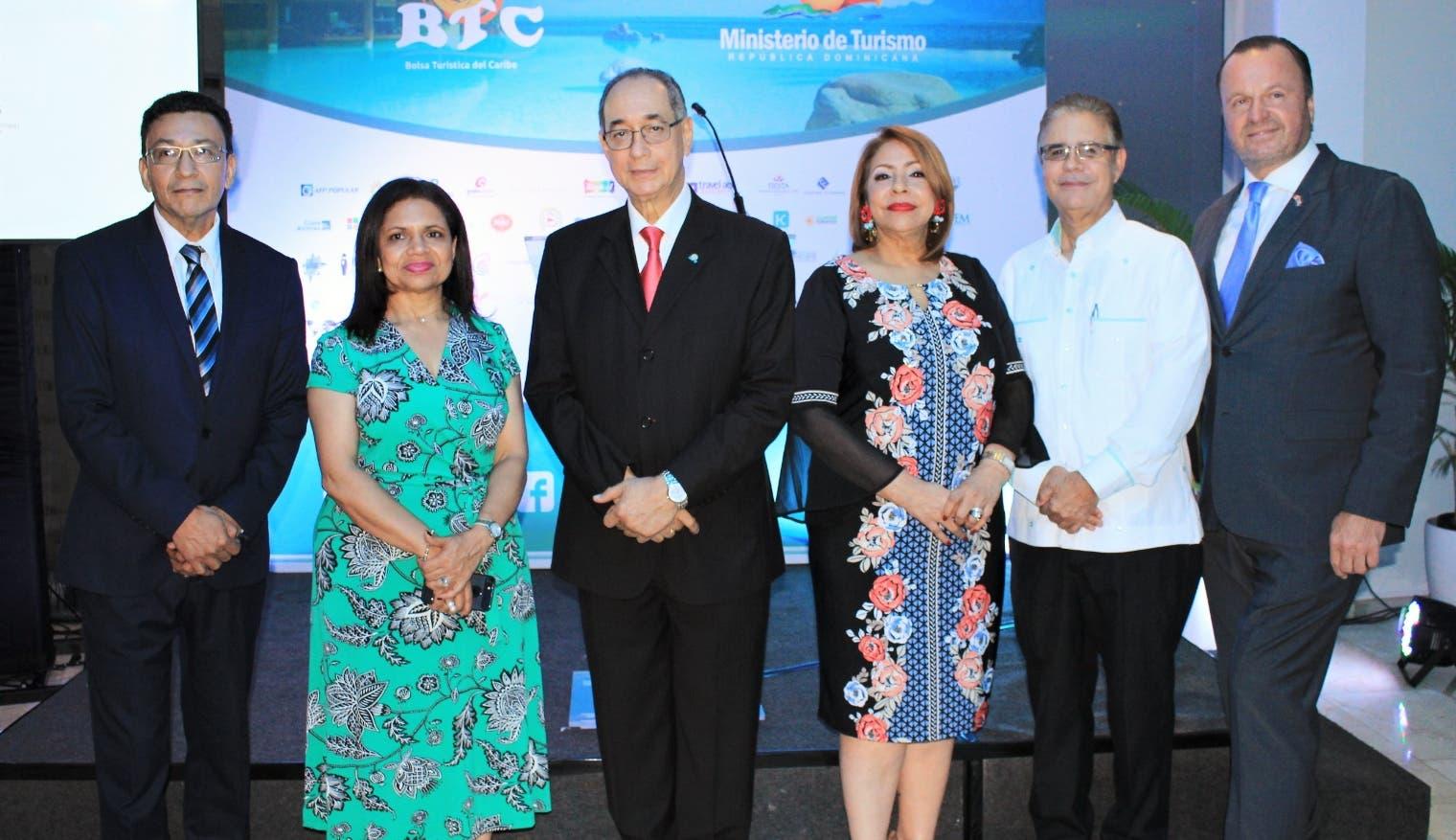Óscar Chávez, Kirsis de los Santos, Luis Felipe Aquino, Luisa de Aquino, Luis José Chávez y Gustavo de Hostos, luego de la presentación de los detalles del evento.