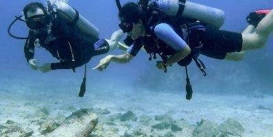 Buzos  exploran el escenario diverso  del arrecife caribeño.