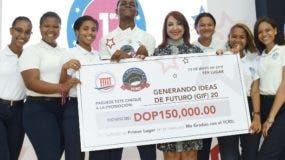 Los ganadores  junto a la magistrada Katia Miguelina Jiménez.