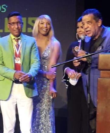 Chino Estrella entregando  reconocimientos.