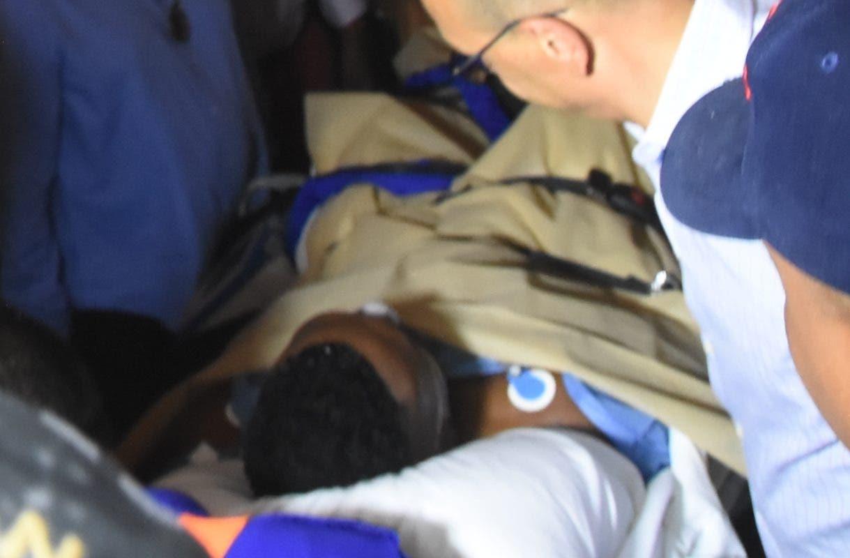 David Ortiz  fue traslado a la ciudad de Boston es ingresado a la ambulancia para ser trasladado  al aeropuerto.  Alberto Calvo.