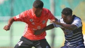 La acción corresponde al partido entre Cibao FC y la O&M.