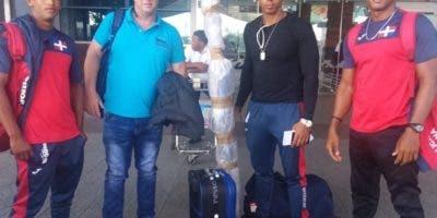 Los atletas de canotaje a su llegada al país después de entrenar en México.