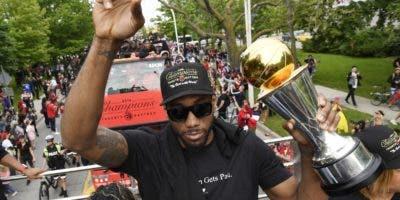 Kawhi Leonard encabeza el multitudinario desfile del título  de Toronto Raptors .  AP