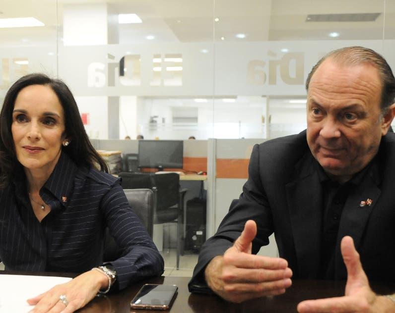 Janet Rivera y Ramón Hipólito Mejía hablan de  la escuela.
