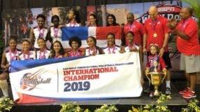 La selección dominicana celebra con la bandera en alto luego del triunfo en el evento.