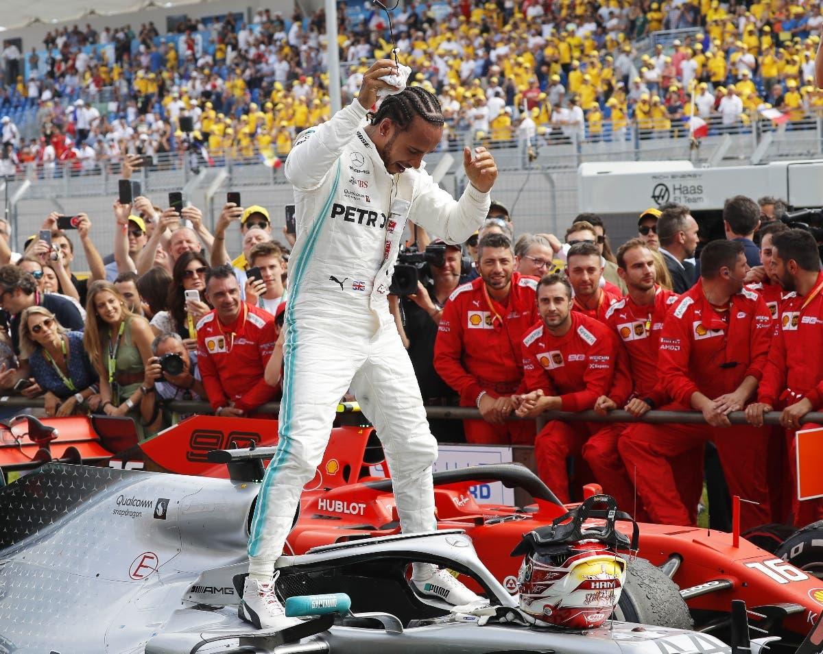 Lewis Hamilton mientras celebraba el triunfo  con su equipo y fanáticos en el GP de Francia.