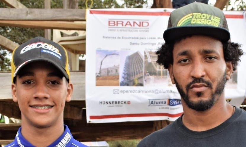Manny Mora y Rainear Mejía, luego de ganar.